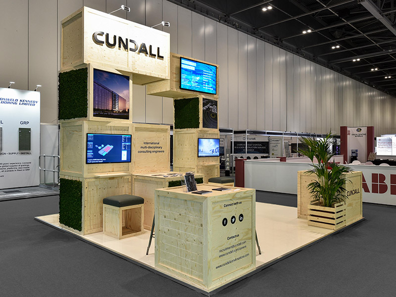 Wood and moss exhibition stand with screens